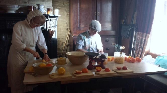 In der viktorianischen Küche wird nach altem Rezept Marmelade hergestellt.
