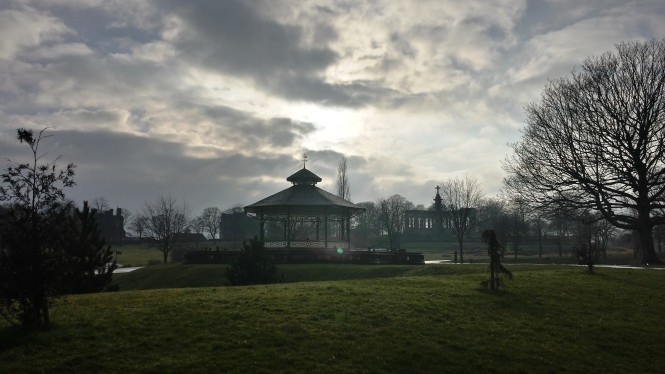 Der Bandstand im Greenhead Park in atmosphärische Stimmung getaucht.