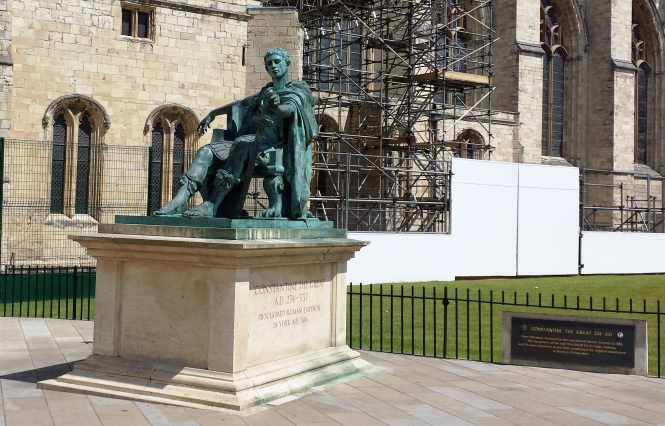 Konstantin der Große beim Sonnenbaden seitlich des York Minster.