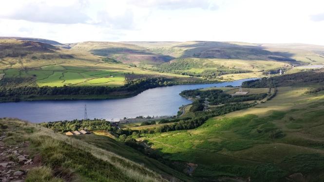 Torside Reservoir und ganz hinten rechts auf der anderen Seite im kleinen Waldstück versteckt sich der Campingplatz von Crowden.